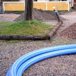 Ett rör från 1930-talet som grävts upp på Linvävaregatan i Ekenäs.