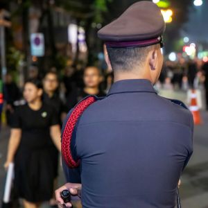 Poliisi seisoo Bangkokissa.