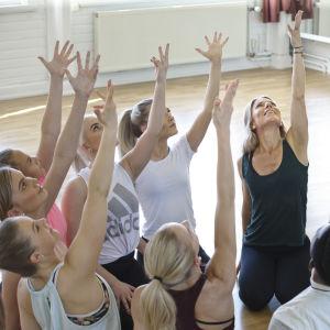 En grupp människor som dansar tillsammans.