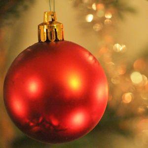 En röd julgranskula.