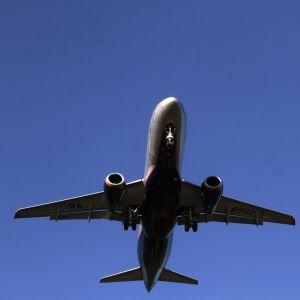 En bild på ett flygplan i luften