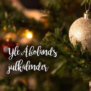En julgranskula i en julgran. PÅ bilden står Yle Åbolands julkalender.