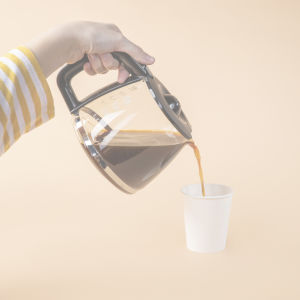 Kaffe hälls i plastkopp.
