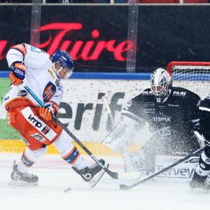 Tyler Morley kommer till ett skottläge mot Rasmus Tirronen