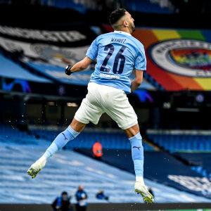 Manchester Citys Riyad Mahrez firar sitt 1–0-mål i den elfte minuten.