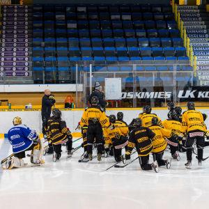Päävalmentaja Pekka Virta johtamassa SaiPan harjoituksia Kisapuistossa 25.8.2021