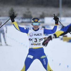 Krista Pärmäkoski jublar då hon korsar mållinjen