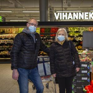 Tor-Erik Wallenius ja Eeva-Liisa Wallenius pääsiäis-ostoksilla Ison Omenan Prismassa