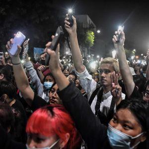 Den thailändska proteströrelsen domineras av ungdomar. Så också under nattens demonstration utanför premiärministerns kansli.
