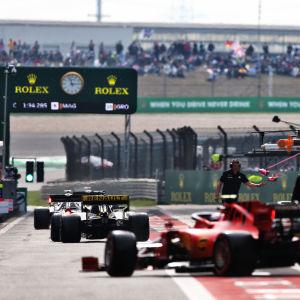 F1-bilar kör ut ur depån