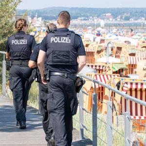Polisen övervakar en strand i Scharbeutz und Haffkrug i Tyskland.