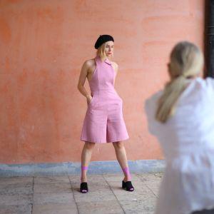 En modell fotograferas