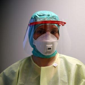 sairaanhoitajalla suoja-asu päällä