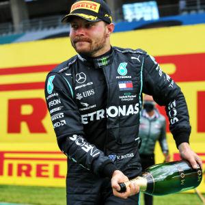 Valtteri Bottas firar segern i säsongens första grand prix.