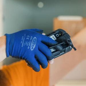Postin pakettiautomaatteihin paketteja jakaessa käytetään apuna skanneria.