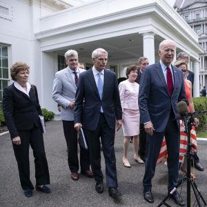 President Joe Biden talar till medierna tillsammans med senatorer från både Demokraterna och Republikanerna efter att de enats om satsningar på infrastruktur.
