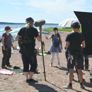 filminspelninga av Onneli ja Anneli på en sandstrand.