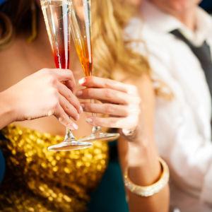 Kvinna med glas i handen.