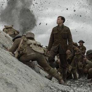 Lance Corporal Schofield (George MacKay) står i en skyttegrav bland mänger av soldater.