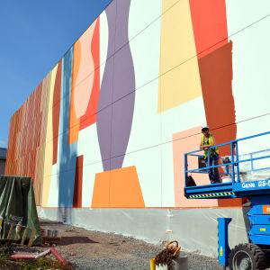 Stor väggmålning på parkeringshus.