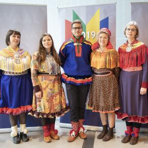 Kandidater i samiska dräkter poserar efter debatt.