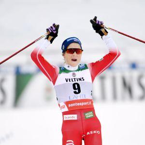 Therese Johaug korsar mållinjen som överlägsen etta i Lahtis.