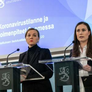 Sanna Marin ja Katri Kulmuni hallituksen tiedotustilaisuudessa.