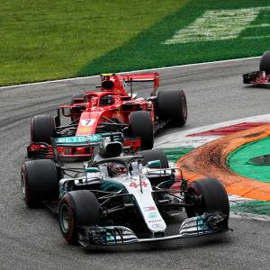 Lewis Hamilton leder.