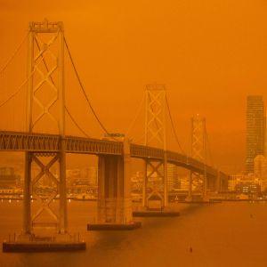 Brandröken färgade himlen orange i San Francisco.