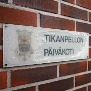 Mikkelin Tikanpellon päiväkodin kyltti päiväkodin seinässä.