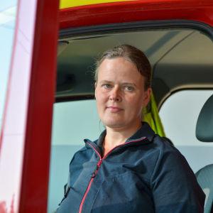 Johanna Nyholm vid en dörren till en brandbil.