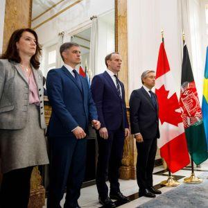 Utrikesministrar från Sverige, Ukraina, Storbritannien och Kanada står på rad vid flaggor.