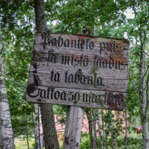 Kyltissä tekstiä Pahanteko puistossa mistä laadusta tahansa sakkoa 50 markkaa