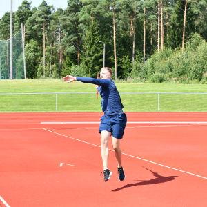 Oliver Helander tränar i Karis.