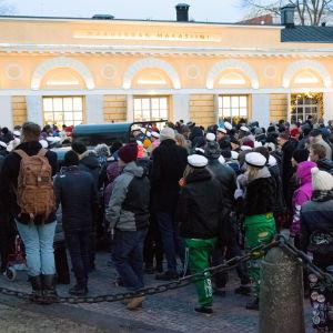 Folksamning på torget vid Akademihuset