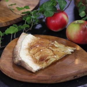 En portion söt flammekueche med äppel och kanel