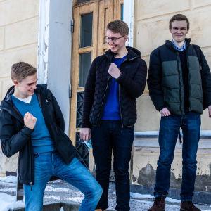 Amos Nordman, Peik Siitonen; Roni Holmberg med segergester.