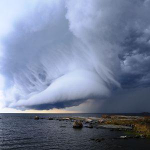Myrskypilvet veden yllä