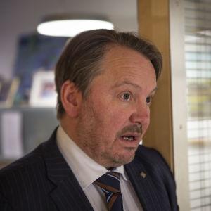 SFP:s Mats Nylund vid dörren till sitt arbetsrum i riksdagen.