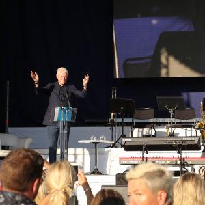 Bill Clinton på scenen i Miramarparken i Mariehamn.