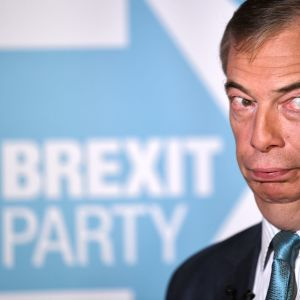 Nigel Farage vieressään Brexit Party -teksti.