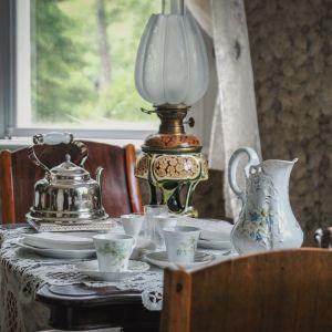 Kahviastiasto, vanhanaikainen, pöydällä