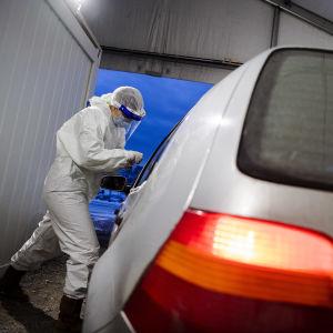 Mehiläisen drive-in-testausasemalla Helsingin Hernesaaressa tehtiin koronavirustestejä lumisessa säässä 4. tammikuuta 2021.