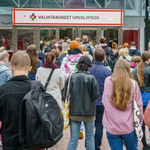 Yliopiston pääsykokeisiin menossa olevia pyrkijöitä Messukeskuksen pääovella Helsingissä.