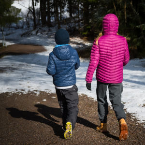 Kaksi lasta metsässä.
