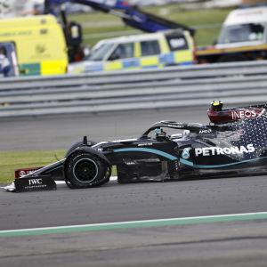 Bottas kör med punktering på Silverstone.