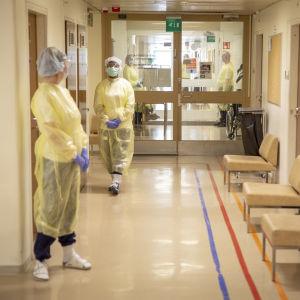 Laakson terveysaseman sairaanhoitajat odottavat potilaita.