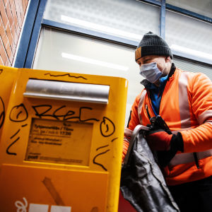 Postinkuljettaja tyhjensi postilaatikon Korsossa 14. joulukuuta 2020 klo 17 aikaan.