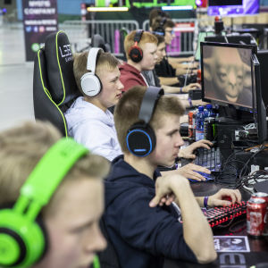 Vaisu -joukkueen pelaajia Gyostage 2019 -tapahtumassa pelaamassa tietokonetta