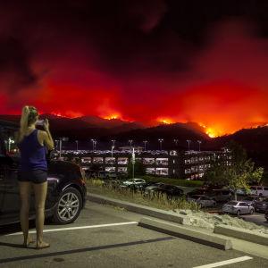 Paikallinen asukas otti valokuvan kilometrien päässä roihuavista maastopaloista Kalifornian Brooksissa.